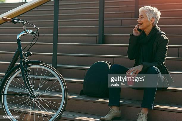 Heureuse femme d'âge mûr parler au téléphone.