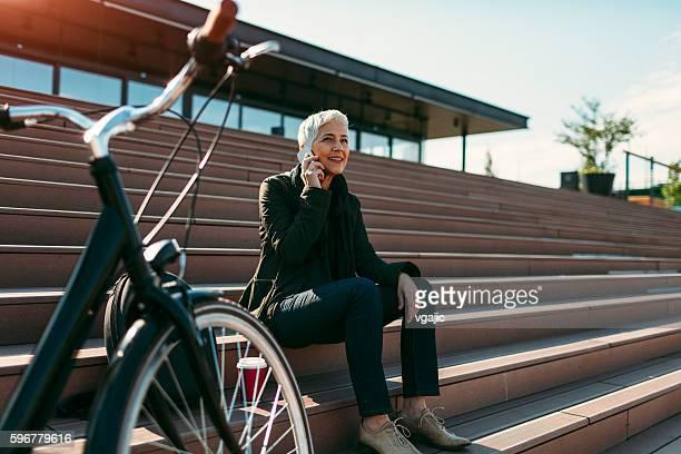 Glücklich Ältere Frau sprechen am Telefon.
