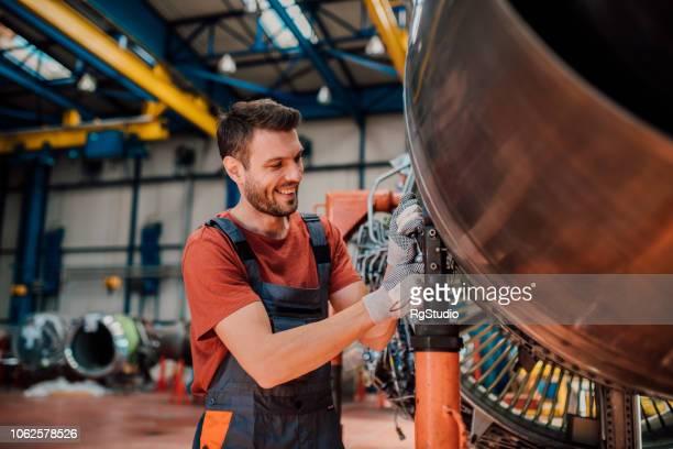 Mécanicien heureux examinant un aéronef
