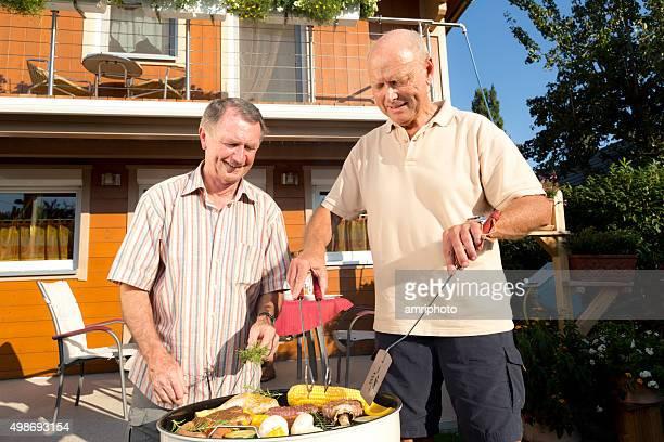 Glücklicher Mann auf barbecue-grill im front-of-house