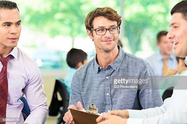 Glückliche Männer in der Gruppe Therapie