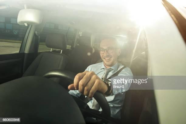 車を運転しながら楽しむ大人のビジネスマン半ば幸せ。
