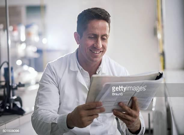 Glückliche Mitte Erwachsene Arzt medizinische Buch lesen.