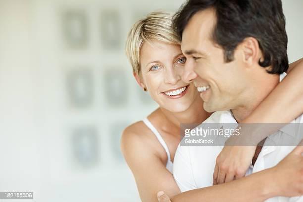 Glückliche Mitte Erwachsene Frau umarmt Ihr Ehemann