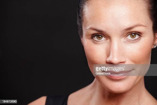 Heureux milieu âgé de femme souriant-fond noir avec espace texte