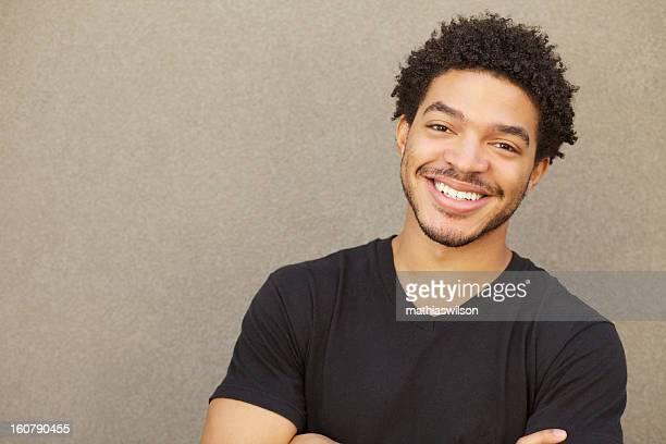 Feliz sonriendo retrato hombre de raza mixta