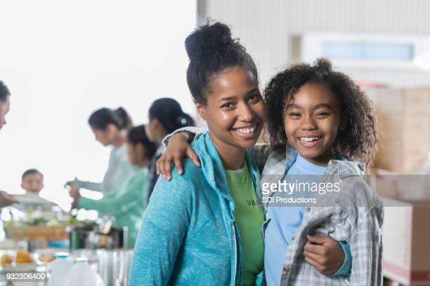 Glückliche Mutter und Tochter in lokalen Suppenküche