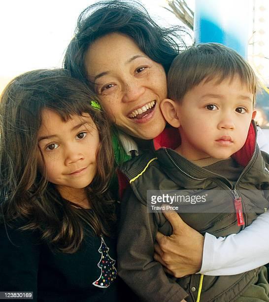 happy mom and her kids - カリフォルニア州ベーカー ストックフォトと画像