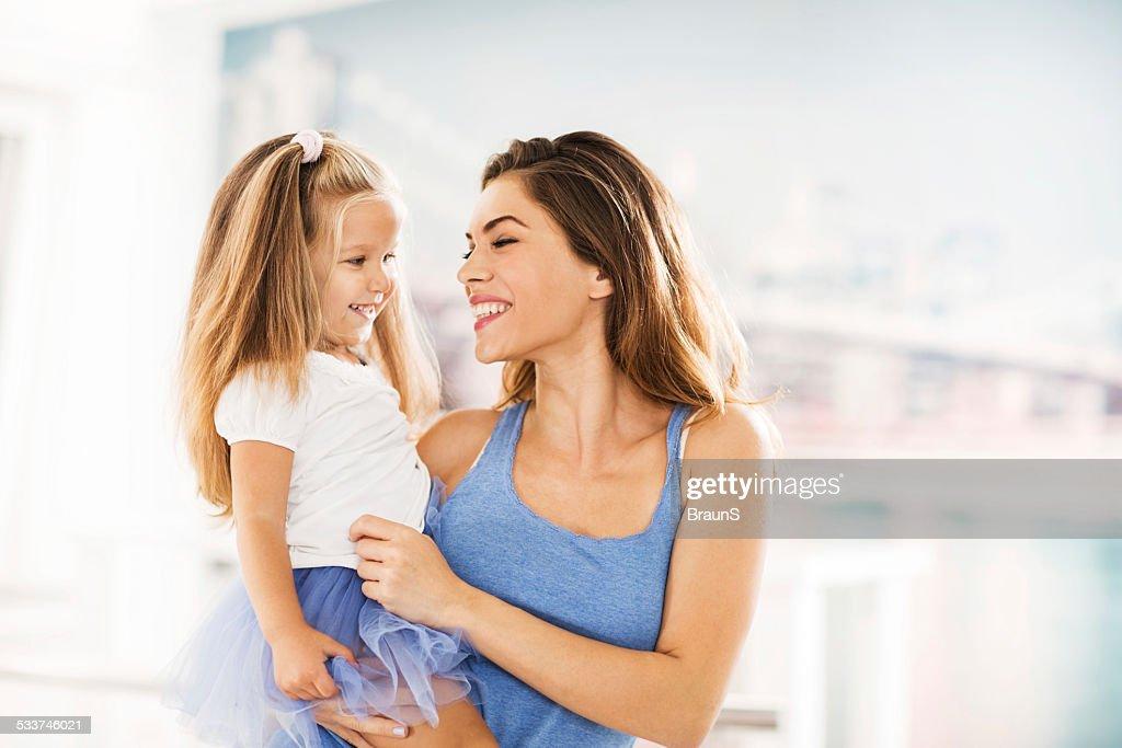 Felice Madre e figlia a casa. : Foto stock