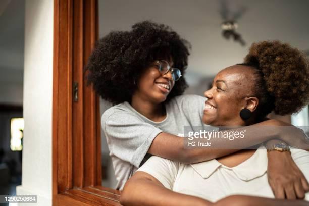 mãe e filha felizes abraçando - filha - fotografias e filmes do acervo