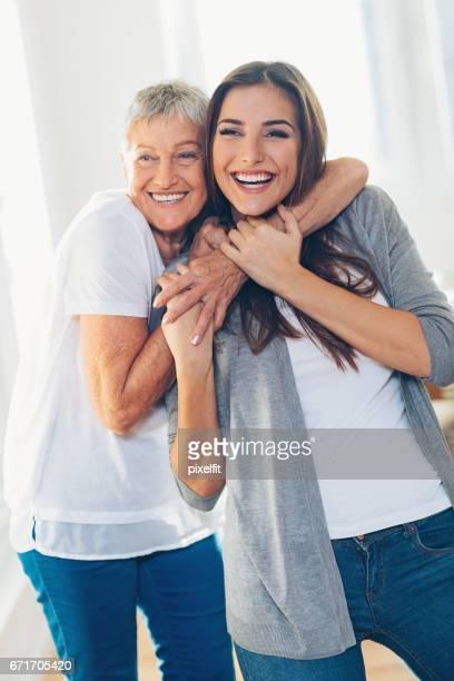 Glückliche Mutter und Tochter umarmt