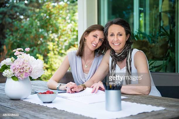 幸せな母と娘のティー屋外