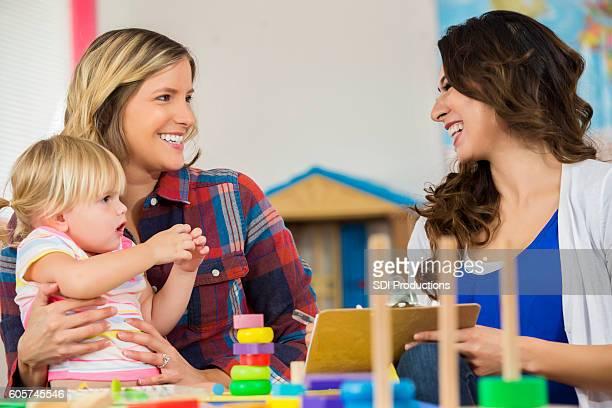 une mère et une fille heureuses travaillent avec l'enseignant dans la classe préscolaire - enseignante photos et images de collection
