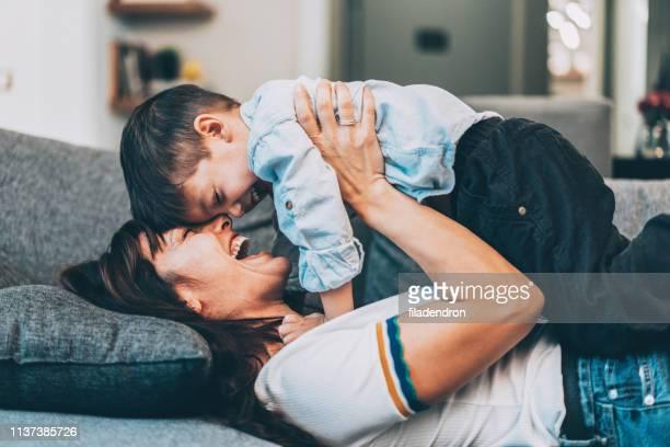 幸せな母と息子 - シングルマザー ストックフォトと画像