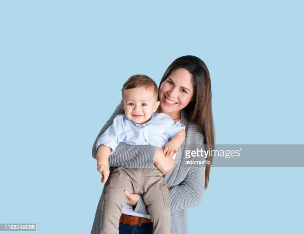 mère et fils heureux - plan moyen angle de prise de vue photos et images de collection
