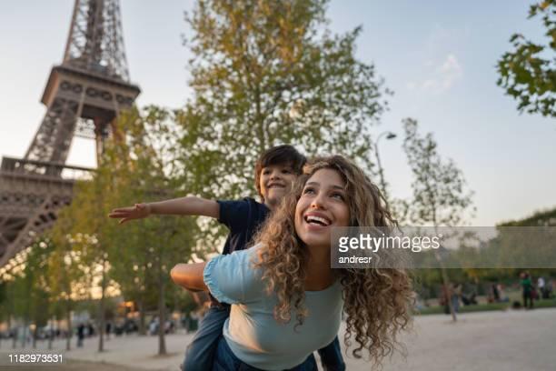 matriz e filho felizes que viajam a paris - paris france - fotografias e filmes do acervo