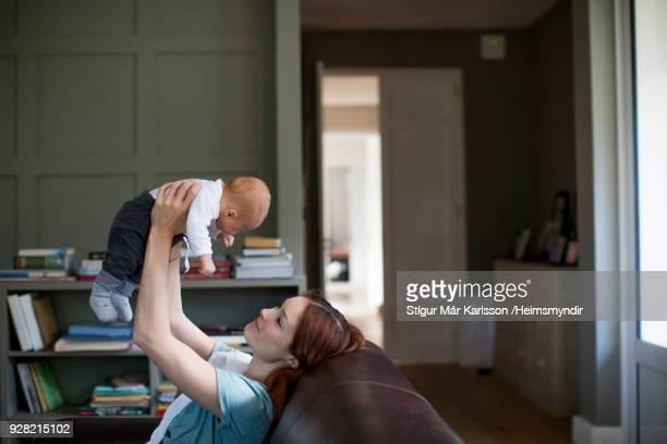 家で男の子の赤ちゃんを拾って幸せな母