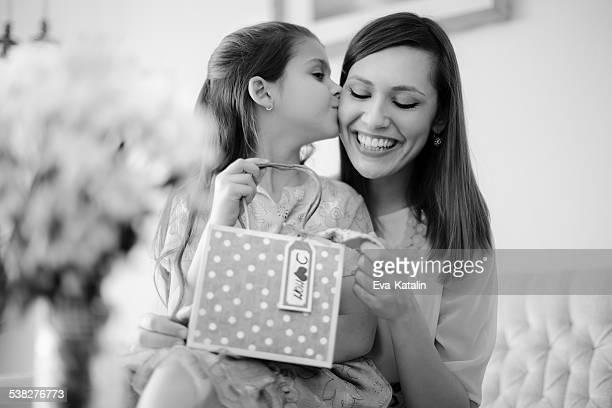 Heureuse mère avec sa fille posant