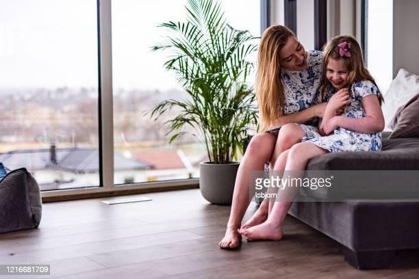mãe feliz fazendo cócegas na filha. - fazendo cócegas - fotografias e filmes do acervo