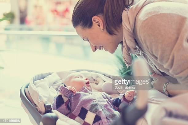 mãe feliz com seu bebê em compras - carrinho de bebê veículo movido por pessoas - fotografias e filmes do acervo