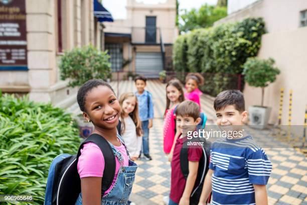 gelukkige multi-etnische kinderen terug naar school te gaan - 10 11 jaar stockfoto's en -beelden