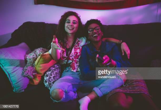 glücklich multiethnischen freunde spaß wathing tv zusammen - meerkanal stock-fotos und bilder