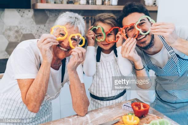 Feliz familia de múltiples generaciones en la cocina
