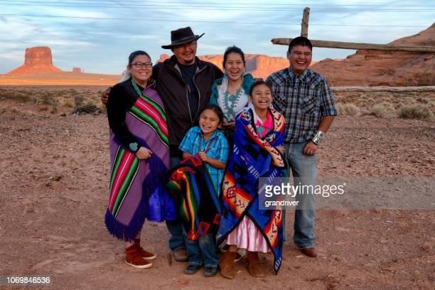 ナバホ族の幸せな家族 - ネイティブアメリカン ストックフォトと画像