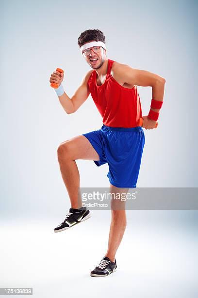 Nerd feliz Desportista exercícios com pesos pequenos de Laranja