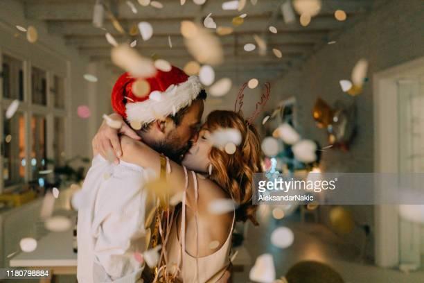 ¡feliz año nuevo! - besar fotografías e imágenes de stock
