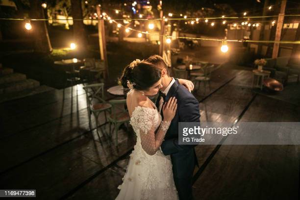 happy newlywed couple dancing alone in the dance floor - matrimonio foto e immagini stock