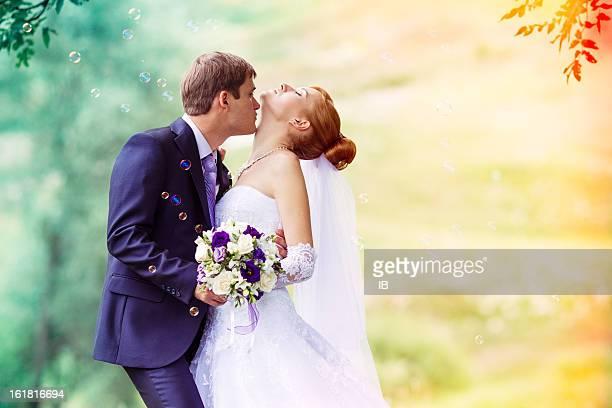 Glückliche Brautpaar in der Natur. Zärtlichkeit und Sinnlichkeit, Liebe, Schönheit