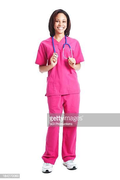 Happy Krankenschwester hält ihr Stethescope, Ganzkörper auf weißem Hintergrund