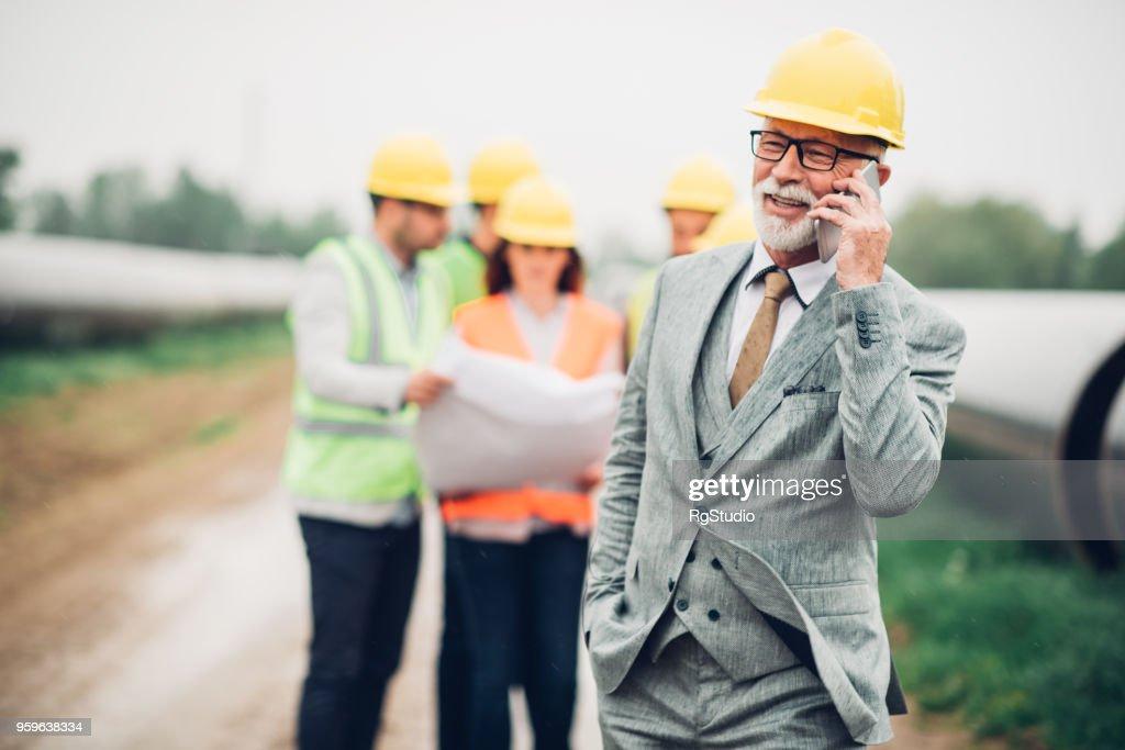 Glückliche alte Geschäftsmann mit Telefon : Stock-Foto