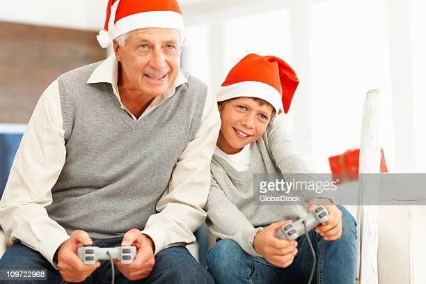 Hombre feliz jugando videojuegos con gradson
