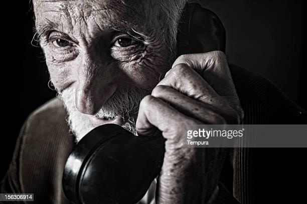 Glückliches Alter Mann spricht am Telefon.