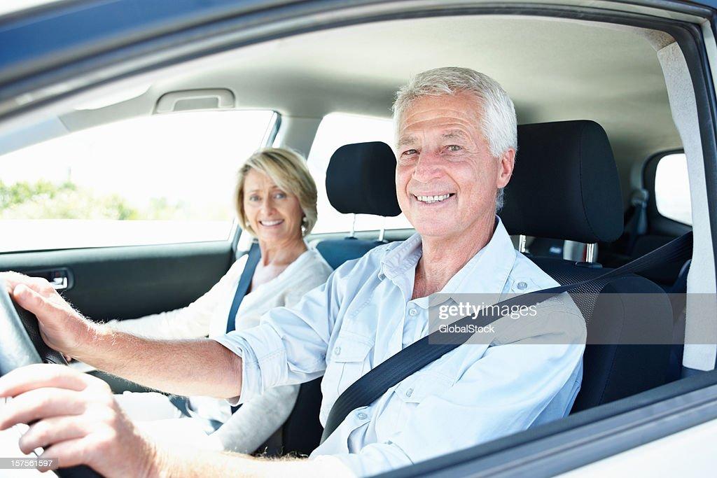Idade feliz casal viajando de carro : Foto de stock