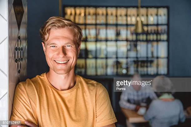 happy owner at cafe entrance - olhos azuis - fotografias e filmes do acervo