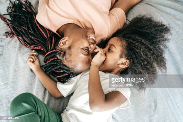 happy parenting - afro frisur stock-fotos und bilder