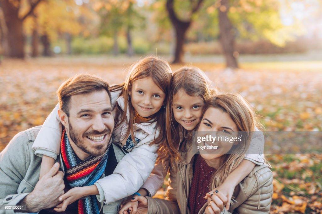 Glückliche Eltern und ihrer kleinen Tochter in Herbsttag. : Stock-Foto
