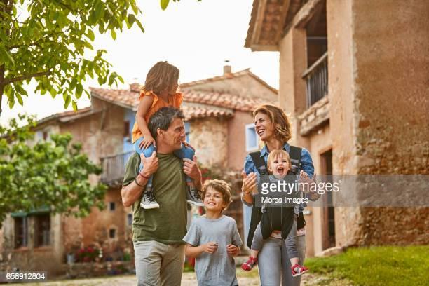 felices padres con niños en patio trasero - cinco personas fotografías e imágenes de stock