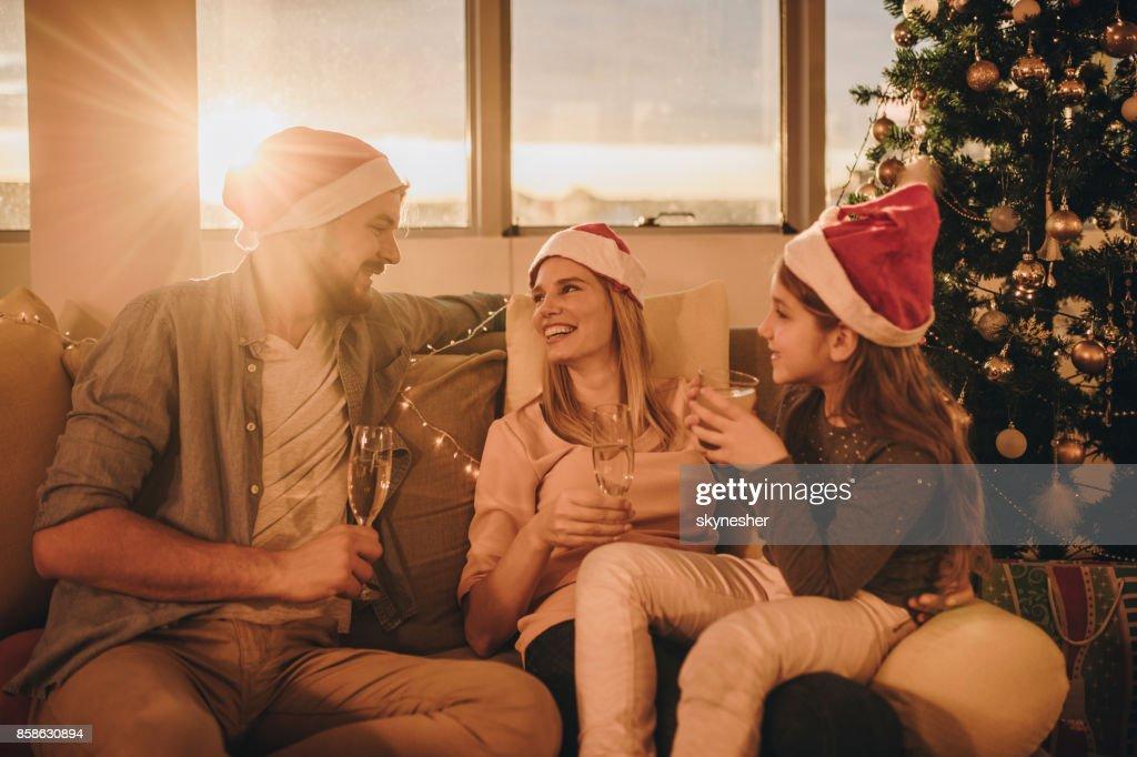 Glückliche Eltern, Tag des neuen Jahres mit ihrer Tochter zu Hause zu verbringen. : Stock-Foto
