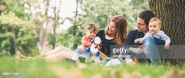 Glückliche Eltern mit Kindern genießen Sie den Frühling in der Natur