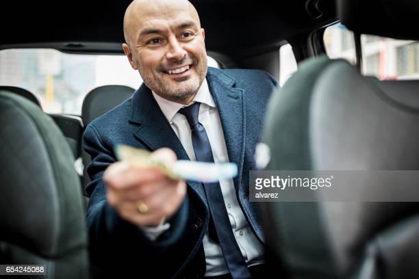 Glücklich Fahrgast im Taxi bezahlen per Nachnahme