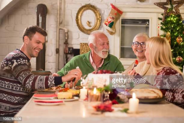 クリスマスのディナーで幸せな人