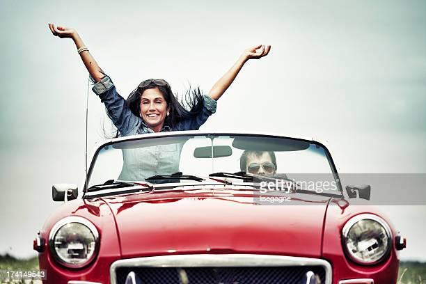 Glückliche Menschen in ein cabriolet