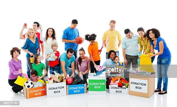 Glückliche Menschen mit Spendenboxen.