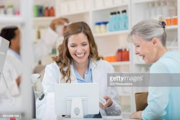 Glücklich Apotheker hilft Kunden