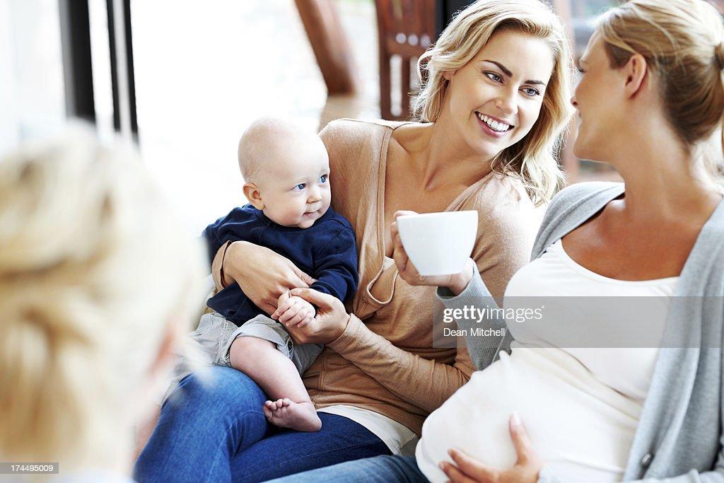 gl ckliche schwangere frau mit ihren freunden entspannen. Black Bedroom Furniture Sets. Home Design Ideas