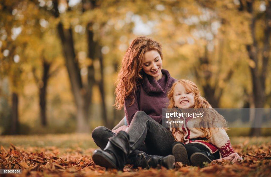 Glücklich Rothaarige Mutter und Tochter, die im Park entspannen. : Stock-Foto